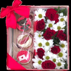 Цветы в коробке с пирожными и розами